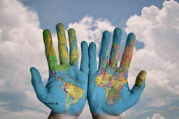 mapa mundi en las manos